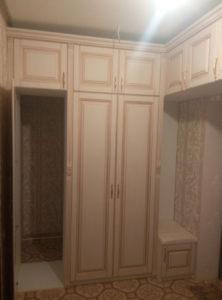 Светлый шкаф купе с дверями