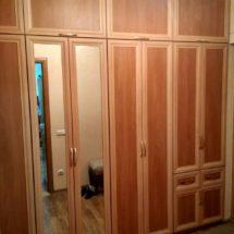 Деревянный шкаф купе с зеркалом большого размера