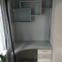 Угловой стол для ПК с полочками