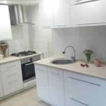 Кухня с вытяжкой белого цвета