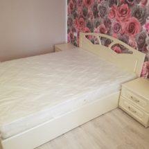 Кровать для спальни в белом цвете