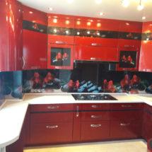 Красивая кухня в красном цвете