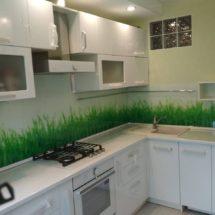 Белая кухня с фартуком под траву