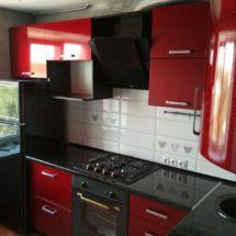 В углу красная кухня