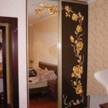 Золотые цветы на шкафе