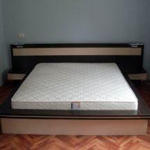 Белая кровать с матрасом