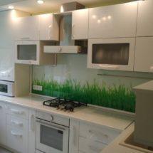 Светлая кухня с фартуком зеленым